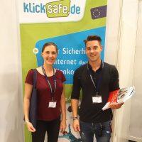 Julia Knorst und Marcel Langer am Stand des Kooperationspartner klicksafe.de